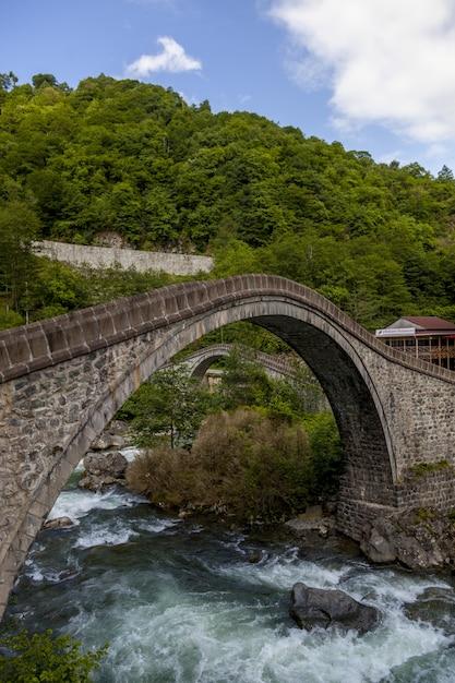 トルコの村arhavi kucukkoyでキャプチャされた橋の美しい景色 無料写真