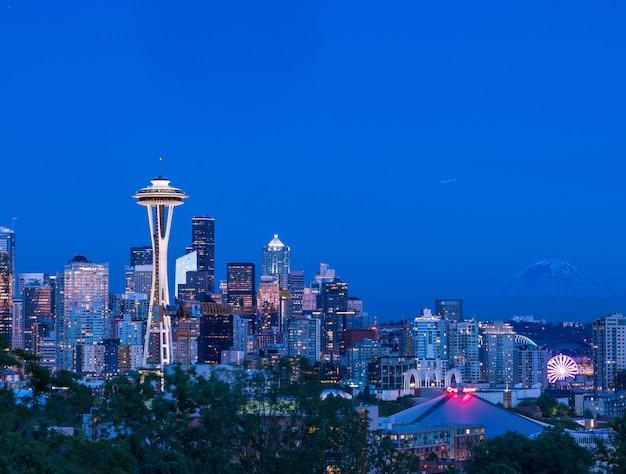夕暮れ時にカラフルな照明付きの建物で、米国シアトルの街の美しい景色 無料写真