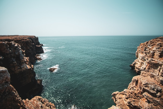 Прекрасный вид на скалы и море под голубым небом Бесплатные Фотографии