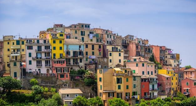 イタリアのチンクエテッレ国立公園の有名なコルニリア村の美しい景色 無料写真