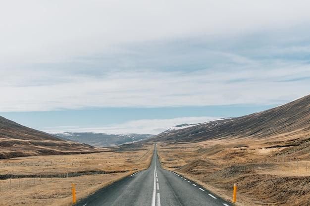 Прекрасный вид на знаменитую кольцевую дорогу посреди горных пейзажей в исландии. Бесплатные Фотографии