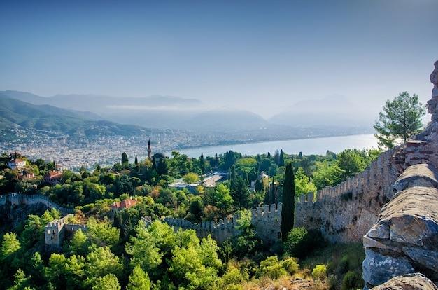 Прекрасный вид на крепость и город сверху. пейзаж турции. стена старого замка. Premium Фотографии
