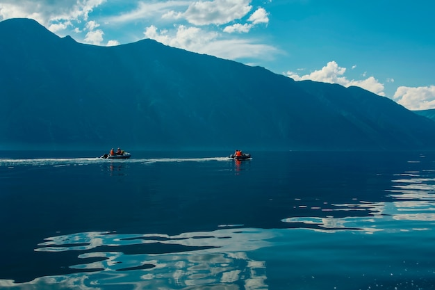 山の湖と夏の山の美しい景色 Premium写真