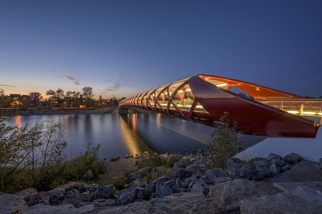 Прекрасный вид на мост мира через реку в калгари, канада. Бесплатные Фотографии