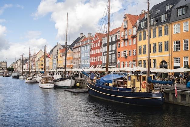 デンマークのコペンハーゲンで撮影された港とカラフルな建物の美しい景色 無料写真