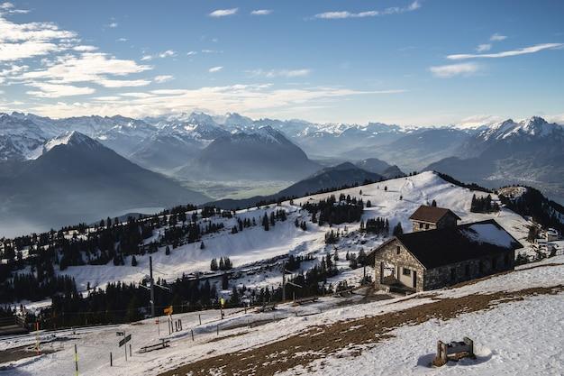レンガ造りの建物と晴れた冬の日のリギ山脈の美しい景色 無料写真