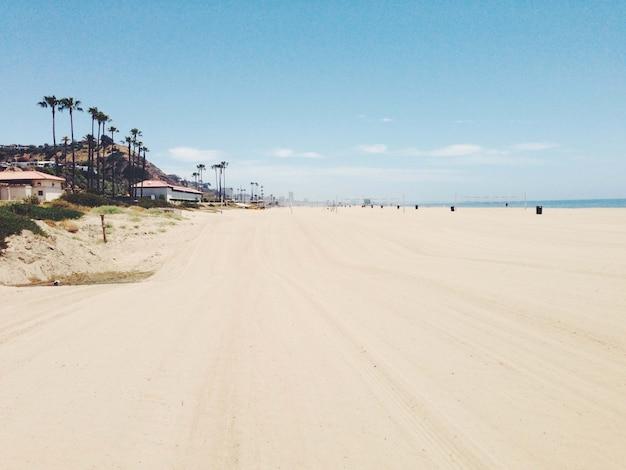 海岸近くの建物や山々と砂浜の美しい景色 無料写真