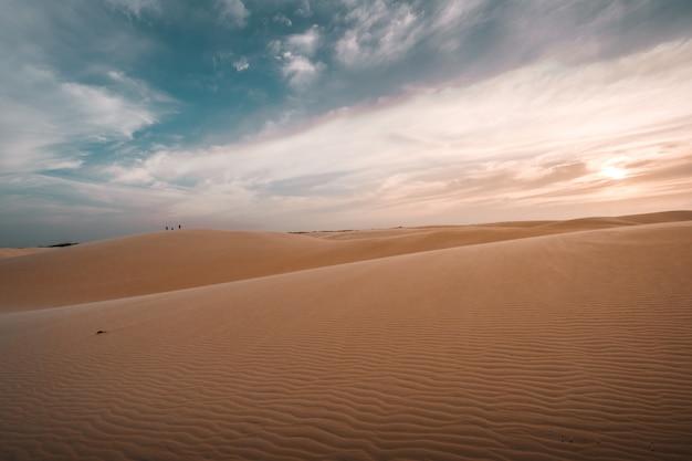 息をのむような曇り空の下の砂丘の美しい景色 無料写真