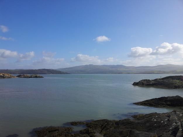 Прекрасный вид на море и скалистый берег с горами Бесплатные Фотографии