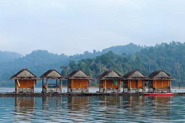 タイでキャプチャされた海の上の木製の小屋の美しい景色 無料写真