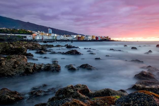 Bella vista del puerto de la cruz, isole canarie al tramonto Foto Gratuite