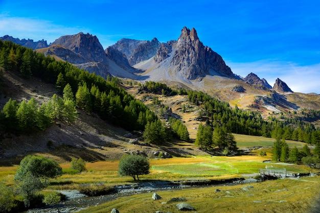 Bella vista sulle montagne rocciose con alberi Foto Gratuite