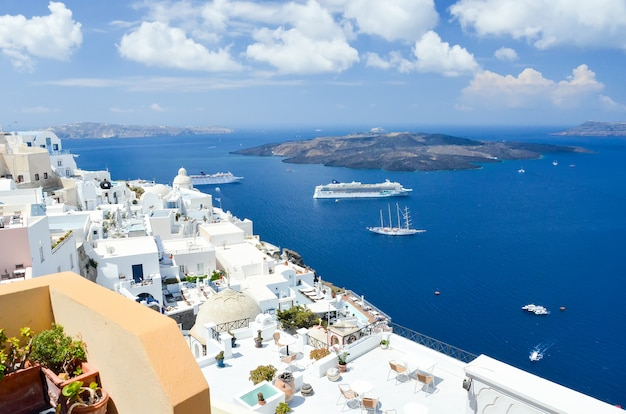 Beautiful view of the sea from the mountains of santorini Premium Photo