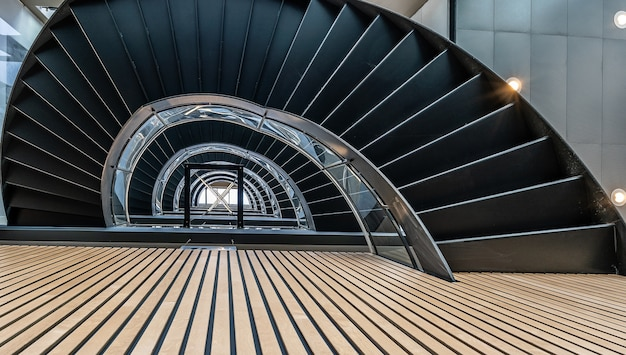 Bella vista della scala a chiocciola all'interno dell'edificio Foto Gratuite