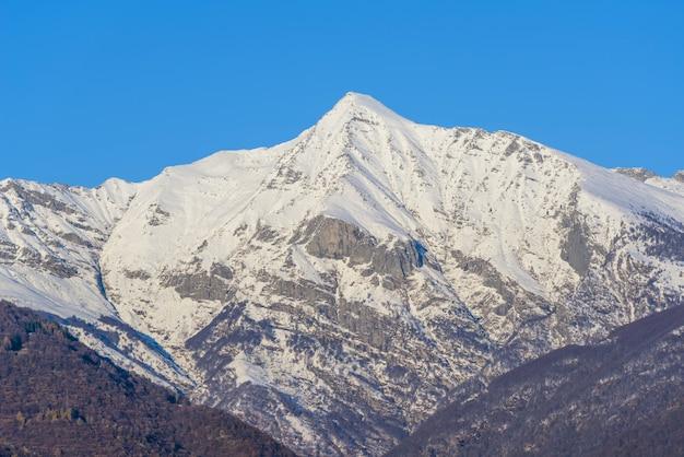 Bella vista di un'alta montagna ricoperta di neve bianca Foto Gratuite