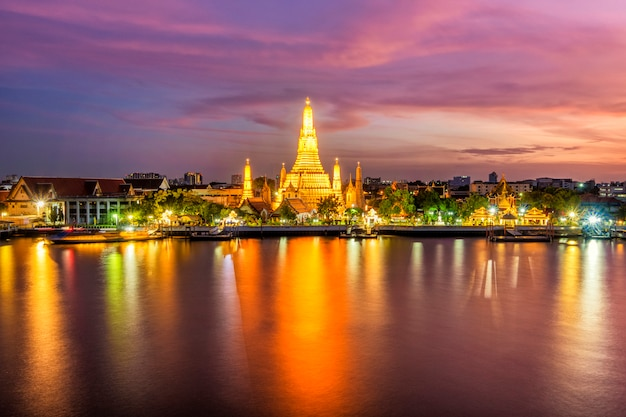 Beautiful view of wat arun temple at twilight in bangkok, thailand Premium Photo