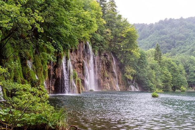 クロアチア、ダルマチアのプリトヴィツェ湖群国立公園にある美しい滝と青い澄んだ湖 Premium写真