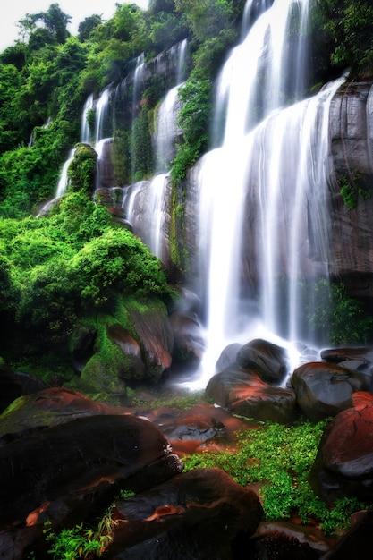 美しい滝の背景写真tatphimanthip滝タイの北東に位置しています。 Premium写真