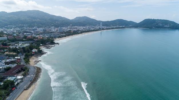 プーケットのビーチの砂浜に打ち寄せる美しい波 Premium写真