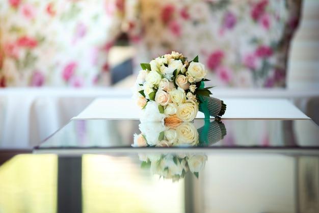テーブルの上の美しいウェディングブーケ Premium写真