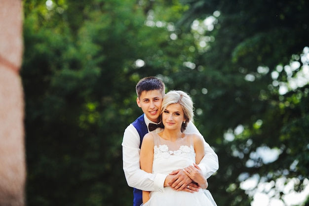 Красивая свадьба пара обниматься в парке Бесплатные Фотографии