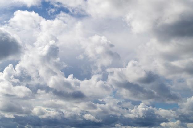 青い空に美しい白い積雲。青い空の小さな隙間。 Premium写真