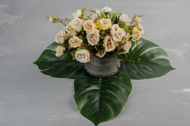 Красивый букет белых роз на сером столе Бесплатные Фотографии