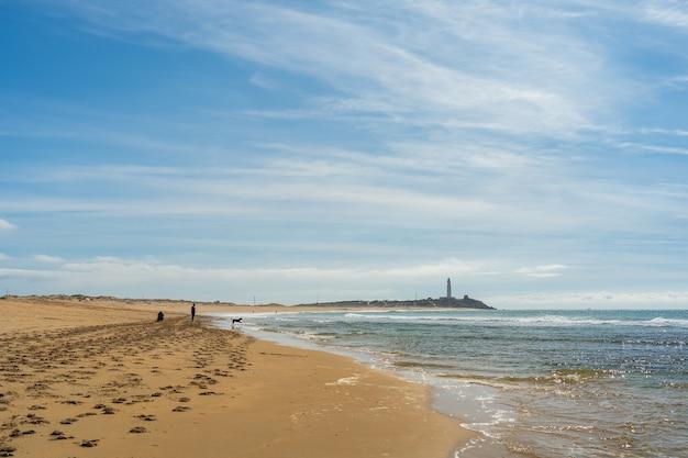 Красивый широкий снимок песчаного пляжа в захоре, испания, с чистым голубым небом Бесплатные Фотографии