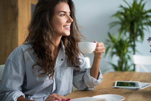 Красивая женщина и прекрасное утро Бесплатные Фотографии