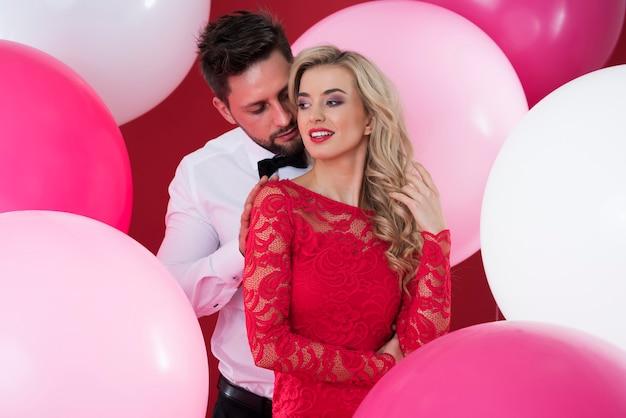 Красивая женщина и красивый мужчина среди воздушных шаров Бесплатные Фотографии