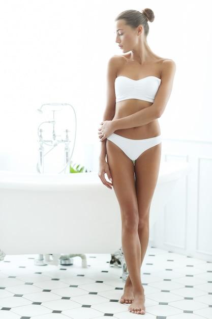 Bella donna in un bagno Foto Gratuite
