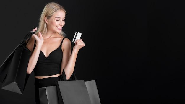 コピースペースを持つ美しい女性のブラックフライデーのコンセプト Premium写真