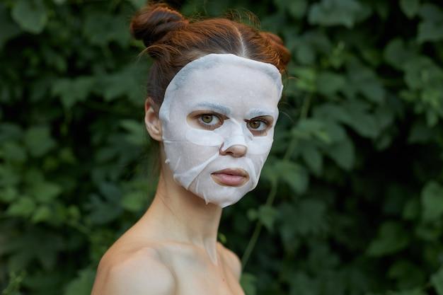 아름 다운 여자 화장품 마스크 스킨 케어 자른보기 복사 공간 프리미엄 사진
