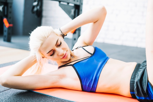 Beautiful woman doing abs exercises Free Photo