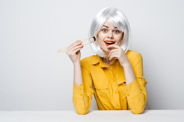寿司を食べて美しい女性 Premium写真