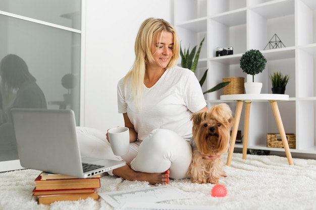 在宅勤務を楽しむ美女 Premium写真