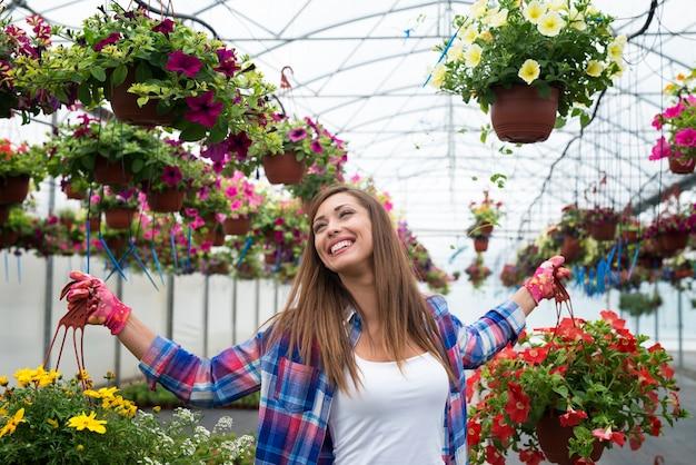 美しい女性は花と一緒に働くことを楽しんでいます 無料写真