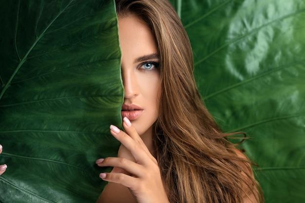 Красивое женское лицо с натуральным обнаженным макияжем Premium Фотографии