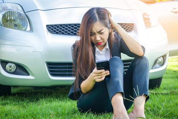 아름다운 여자, 그녀의 차가 고장났다 그녀는 전화로 도움을 요청했다. 프리미엄 사진