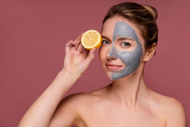 Красивая женщина, держащая половинки апельсина Бесплатные Фотографии