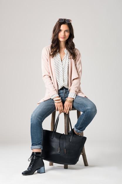 黒いバッグを持っている美しい女性 Premium写真