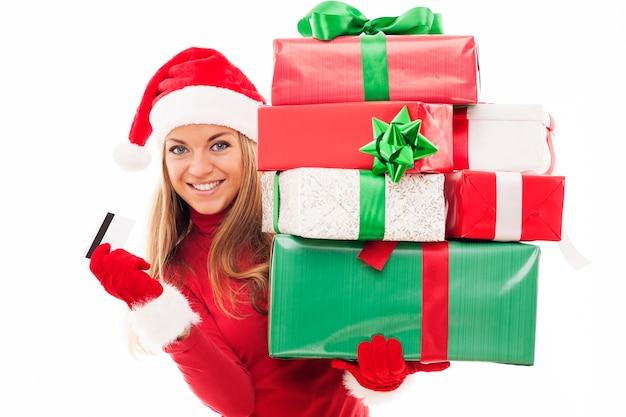 クリスマスプレゼントとクレジットカードを保持している美しい女性 無料写真