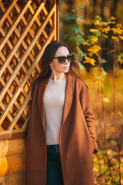 Красивая женщина в осенний день на открытом воздухе в парке Premium Фотографии