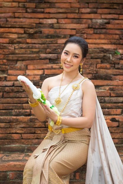 Красивая женщина в тайском старом традиционном костюме, портрет в древнем храме аюттхая Бесплатные Фотографии