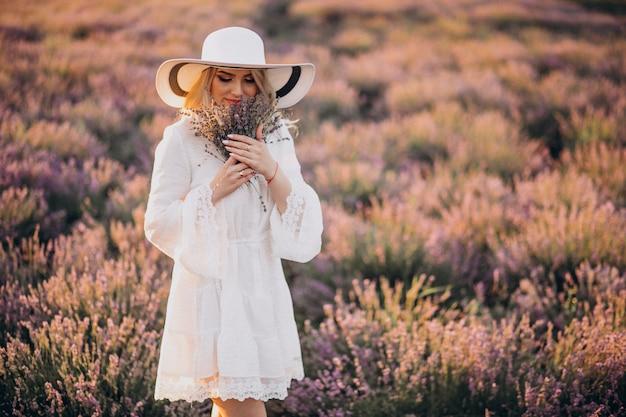 ラベンダー畑の白いドレスで美しい女性 無料写真