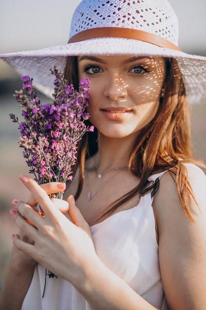Красивая женщина в белом платье в поле лаванды Бесплатные Фотографии