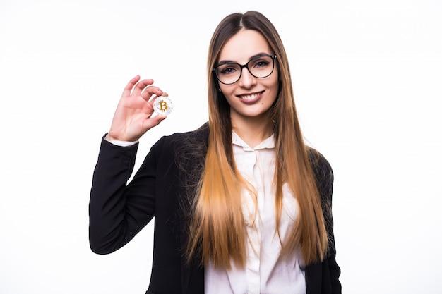 美しい女性の女性は白の彼女の手でビットコインを保持しています。 無料写真