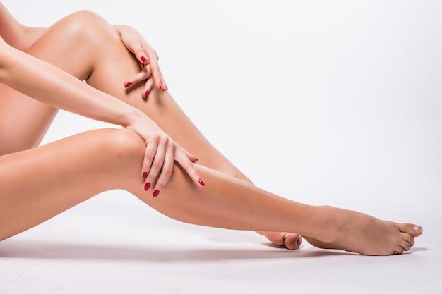 白で隔離される滑らかな白い肌と美しい女性の足 無料写真