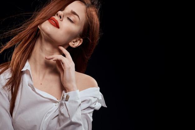 Красивая женщина длинные волосы красные губы белая рубашка темный Premium Фотографии