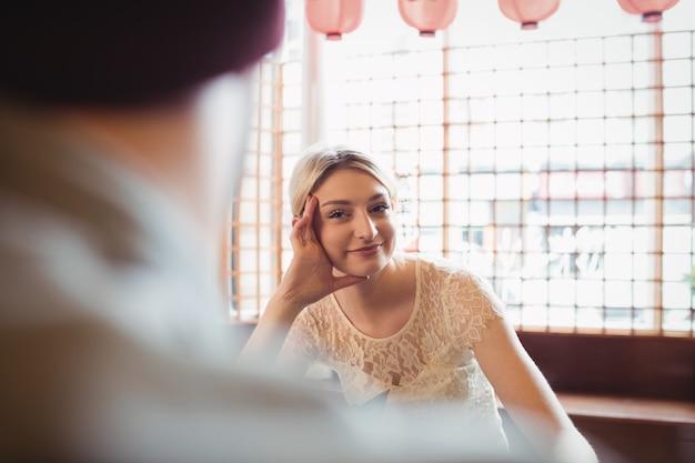 Красивая женщина смотрит на мужчину Бесплатные Фотографии
